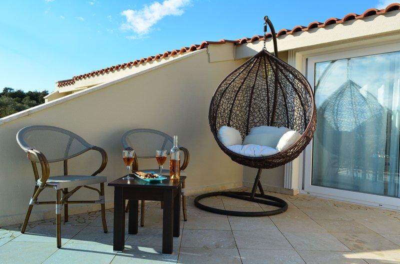 terrazzo sul tetto con una bella angolo, grande vista sul mare, swing e quattro sedie a sdraio