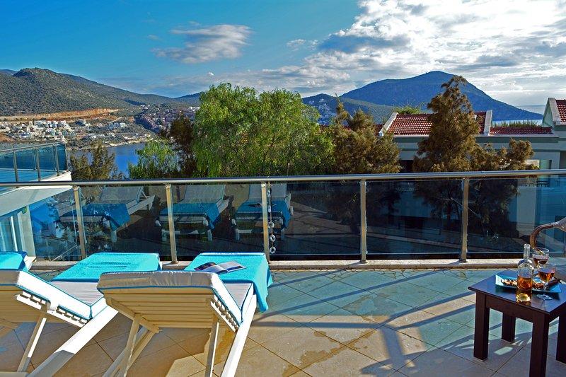 Incredibile vista dalla terrazza sul tetto con sedie a sdraio