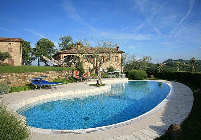 Piscine panoramique sur la colline entre l'Ombrie et la Toscane