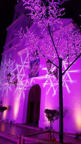 chiesa Nerja durante la stagione festiva.