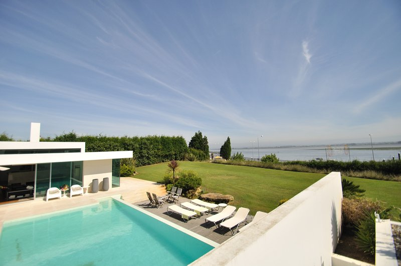 Luxury Waterfront Holiday Villa only 40 minutes Porto and near Aveiro Portugal, vacation rental in Torreira