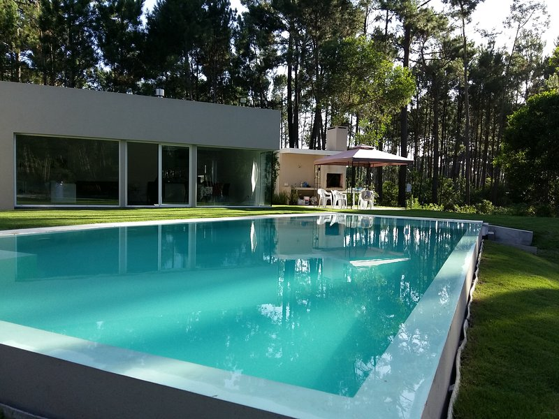 PUNTA DEL ESTE  LARGE HOUSE SURROUNDED  BY OLD PINES GROVE - LARGE INFINITY POOL, holiday rental in Maldonado Department