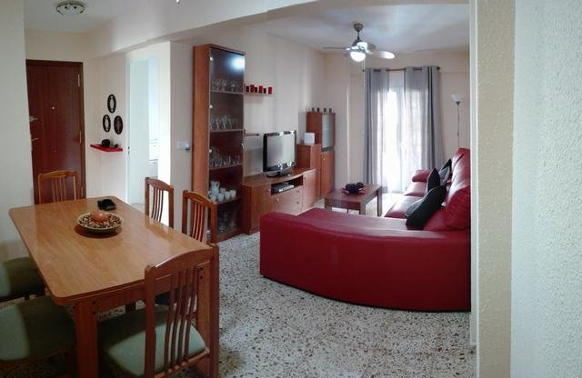 SPACIOUS APARTMENT, THREE BEDROOMS, 1 BATH, six guests, 5 MIN WALK TO WALK AND BEACH. GARAGE
