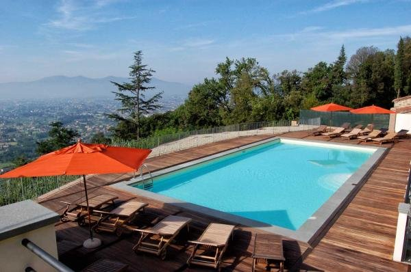 des vues panoramiques spectaculaires depuis la terrasse de la piscine
