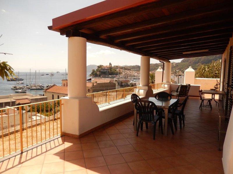 Villa panoramica a 100 m.dal mare e 400 dal porto di Lipari: App. con 2 camere., vacation rental in Lipari