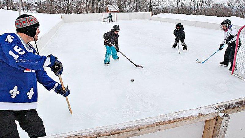 Pista de dos pasos! Ven a jugar al hockey al aire libre! / Pista de hielo al lado!