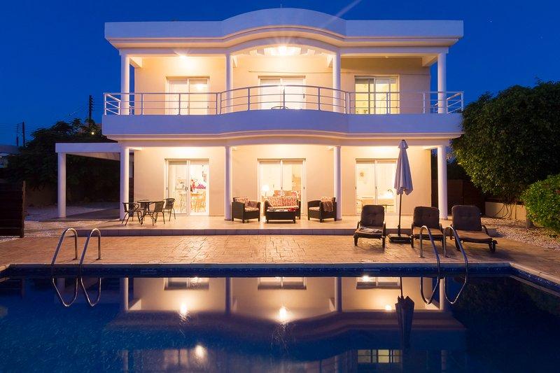 Skytrees Villa, Agios Georgios, 4 Bed Villa-10m x 5m Private Pool- Walk to Beach, alquiler vacacional en Lara
