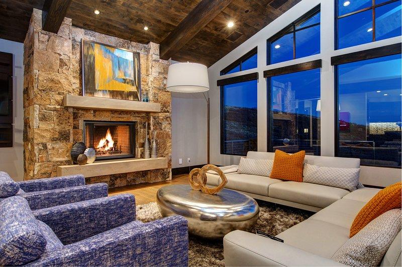 Sala de estar principal con ventanas de piso a techo