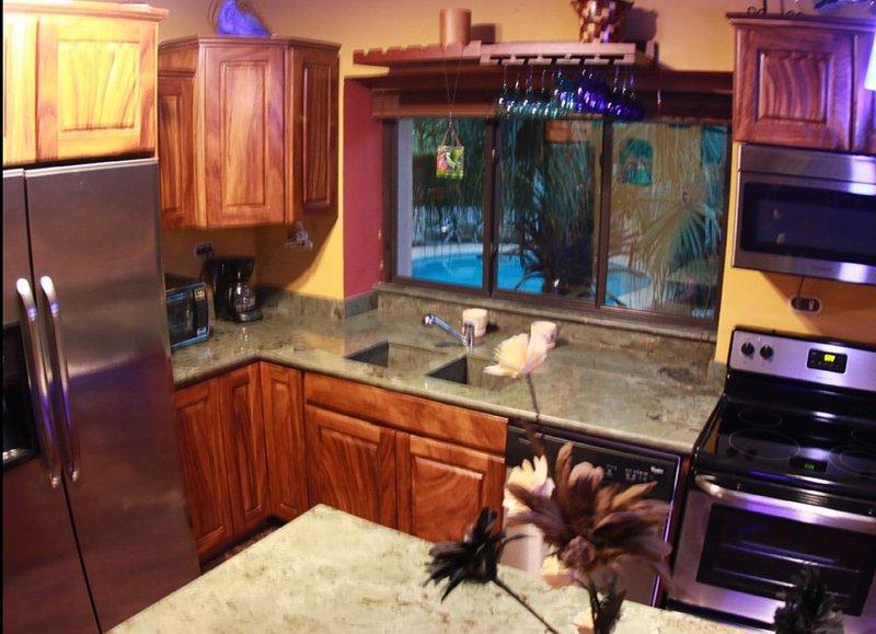 Cocina sienta 8 personas con vistas a la piscina. Exstremely bien surtido para el mejor de los cocineros.