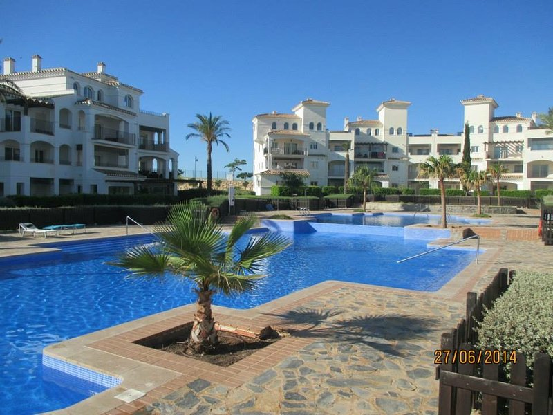 Swimming pool and Jacuzzi near apartment