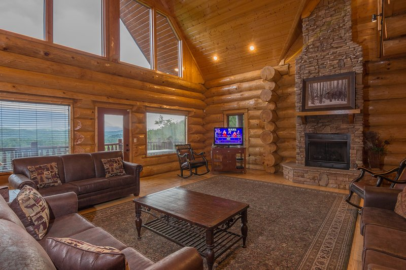 Huge Log Cabin, 6 Bdrm Suites w/Priv Bath, Mtn View, Game Rm, Comm Pool, Slp 25, location de vacances à Gatlinburg