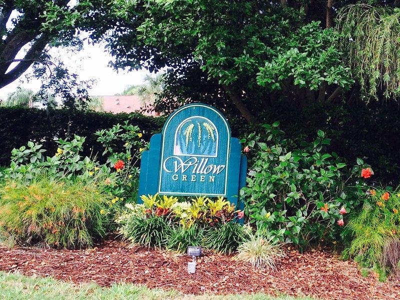 Vacation in Sarasota in 2 bedroom condo overlooking pool in The Meadows, aluguéis de temporada em Fruitville