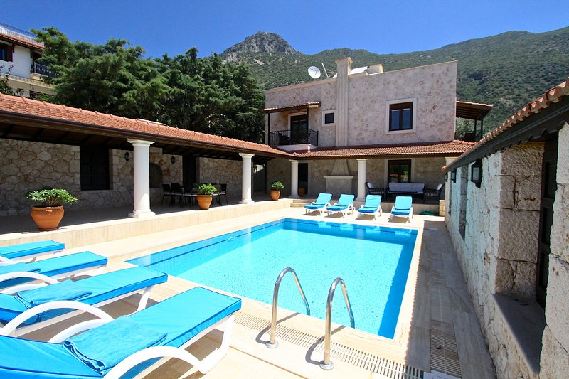 4 BEDROOMS SECLUDED VILLA A -HILL, location de vacances à Antalya