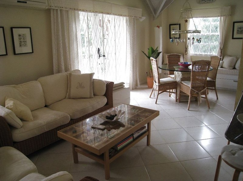 Upscale Tropical South Coast Holiday Apartment with Pool at Springcourt Rockley, location de vacances à Rockley