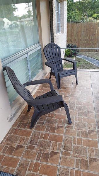 Frente Porche - porche en la zona en la parte delantera de la casa con cómodas sillas de Adirondack