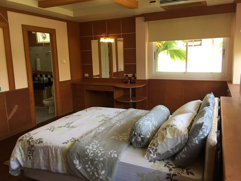 Private room in canal house, holiday rental in Trang