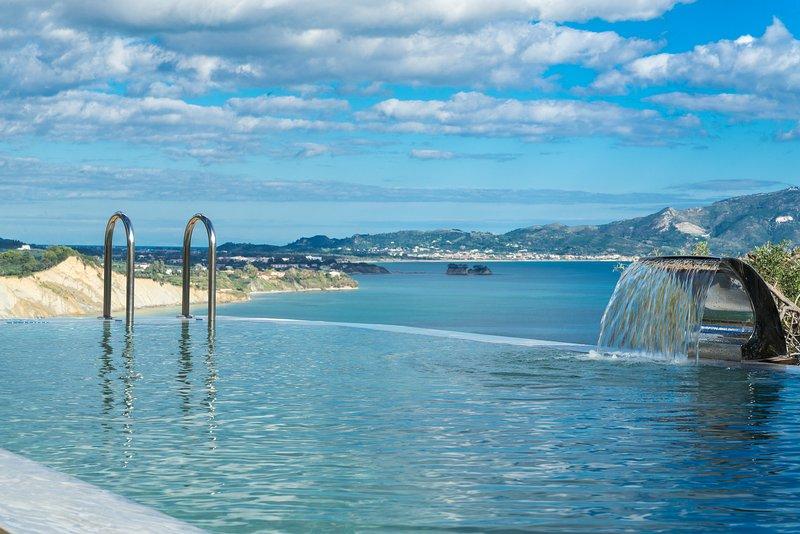 Infinity pool & sea view
