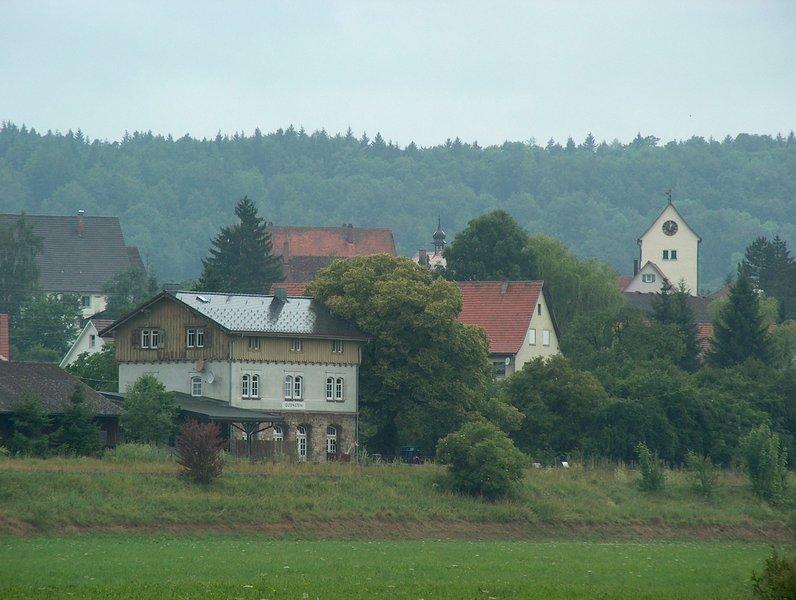 Blick auf den historischen Bahnhof Gutenstein mit Ferienwohnung im Nebengebäude links