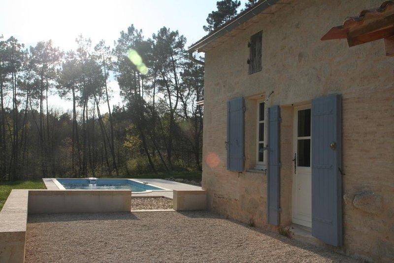 Maison de caractère en pierre avec piscine privée dans un cadre de verdure, vacation rental in Montazeau