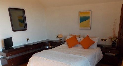 Scirocco. Spacious bedroom with balcony and garden view, holiday rental in Montale