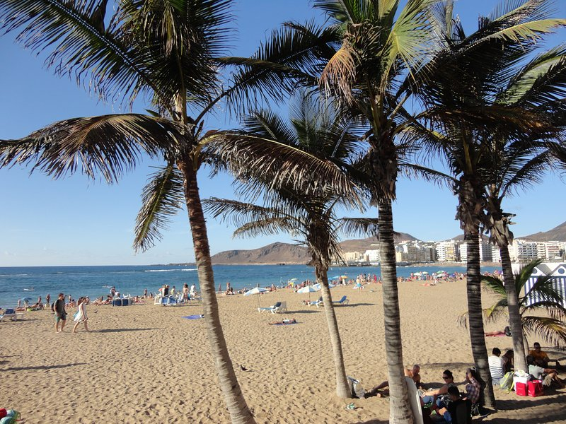 Las Canteras beach: 1 minute walk