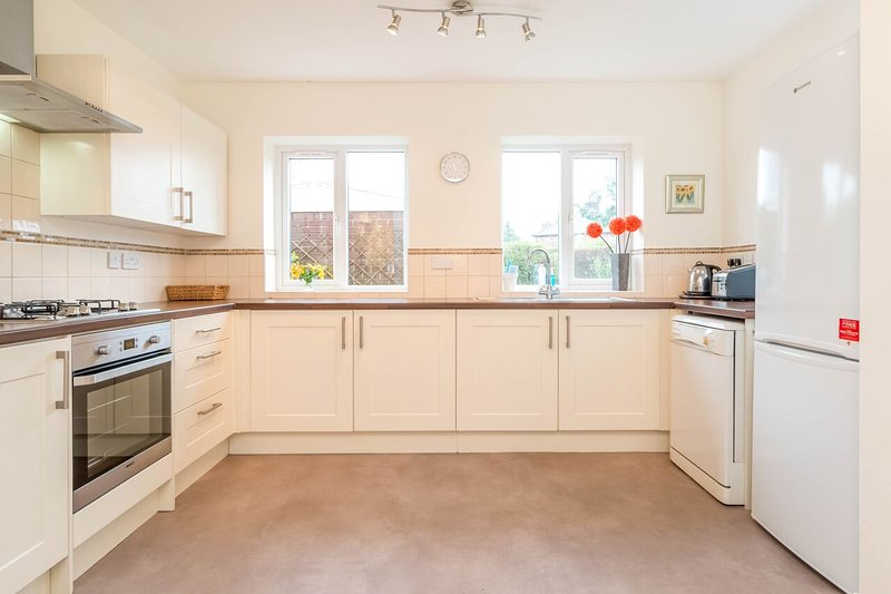 The kitchen is fully equipped with everything you need and overlooks the beautiful garden. Idyllic!