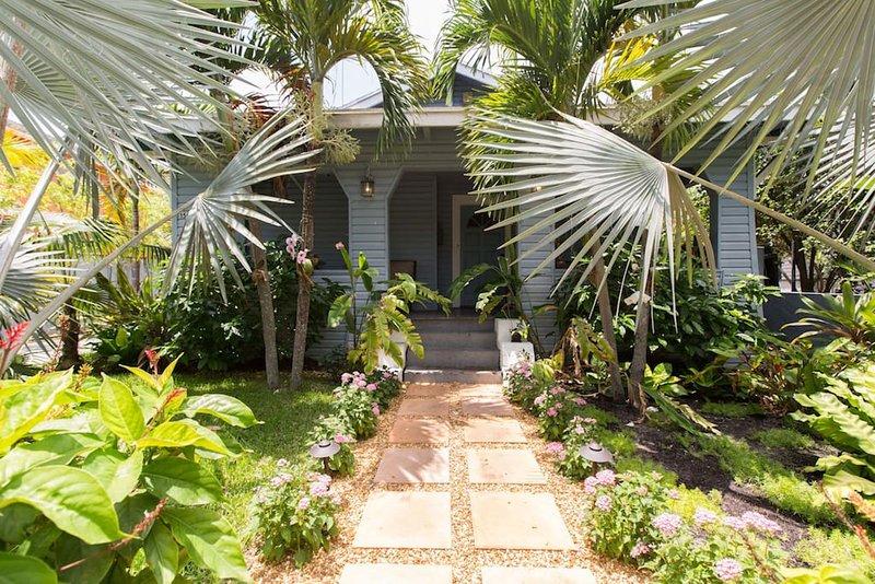 Accogliente Front Entrance Tropical