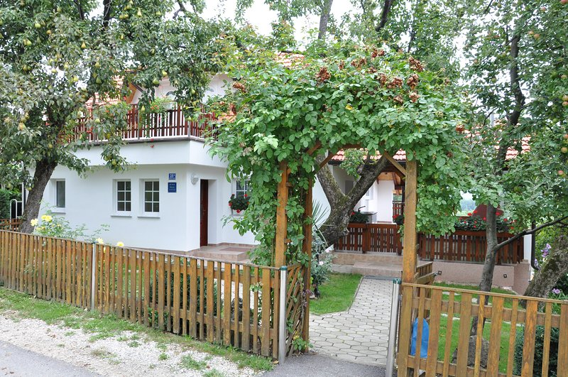 Apartment 'Eva' Lepoglava - Room with bathroom B, vacation rental in Krapinske Toplice