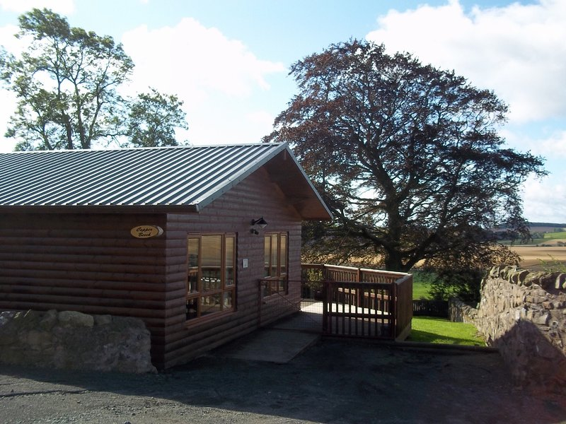 Copper Beech Lodge in Fife with Private Hot Tub, holiday rental in Ladybank