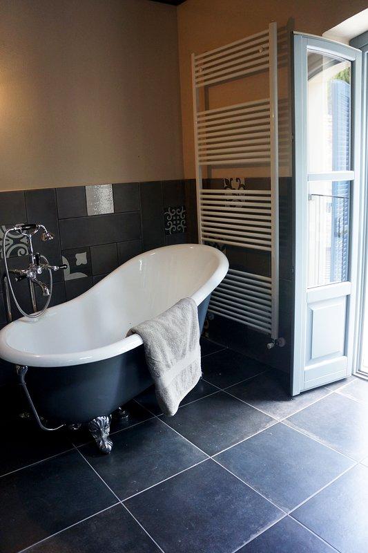 Claw foot bathtub: luxury
