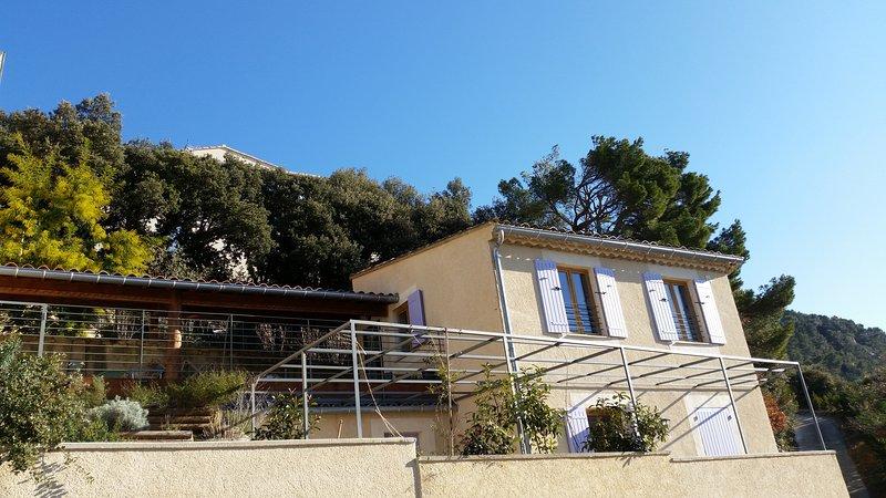Beautiful small house on the hill with breathtaking view, terraces, garden, location de vacances à Seguret