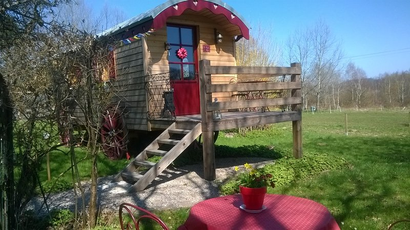 hebergement insolite en roulotte, vacation rental in Autrey