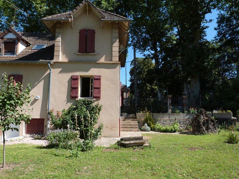 Jolie maison de centre ville entièrement rénovée, location de vacances à Gueugnon