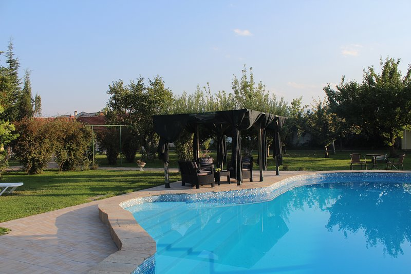 Galeria In The Garden double bed studio in a pool garden, holiday rental in Dedovo