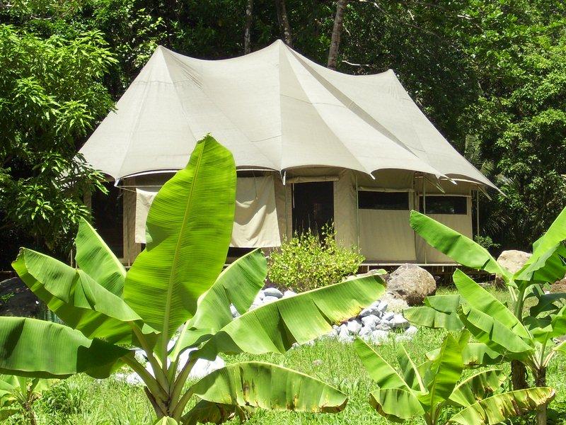 Riverside glamping safari tent, aluguéis de temporada em La Plaine