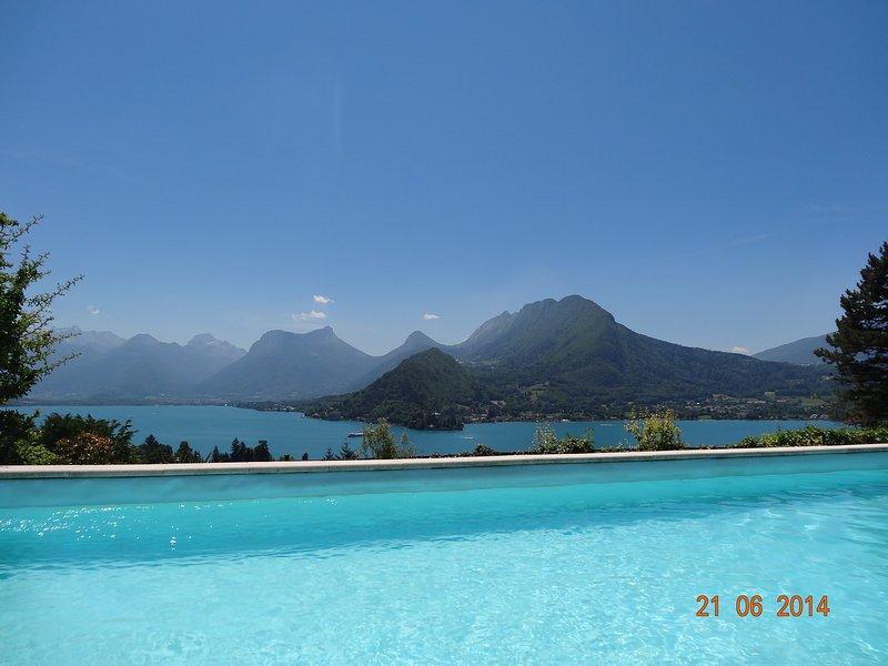 VILLA TALLOIRES   VUE EXCEPTIONELLE LAC D'ANNECY ET MONTAGNES  PISCINE CHAUFFEE, vacation rental in Talloires