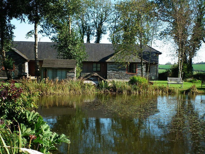 Ash cottage - Lakeside 2B/R cottage with indoor pool, gym, hot tub & fishing, holiday rental in Callington