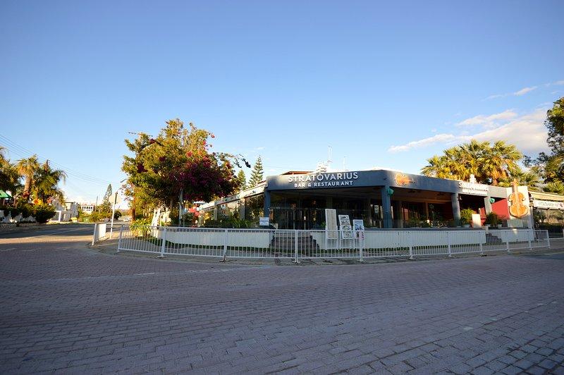 Villa Sofia Ayia Napa twee restaurants; Garden & Stratovarius om de hoek van de villa