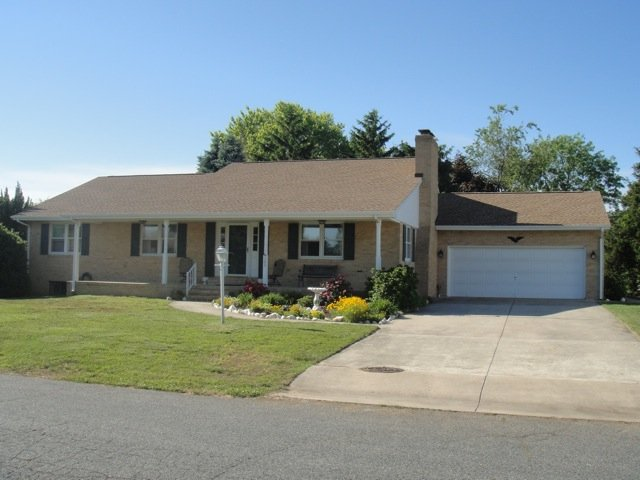 Front of home with up to 7 parking spaces (1 in garage and 6 on driveway)