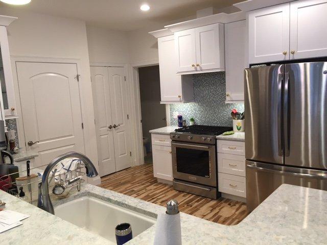 keuken met uitzicht op een half bad