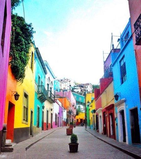 Caminar 4 minutos se puede llegar al callejón potero, una de las calles más bonitas si ª ciudad.