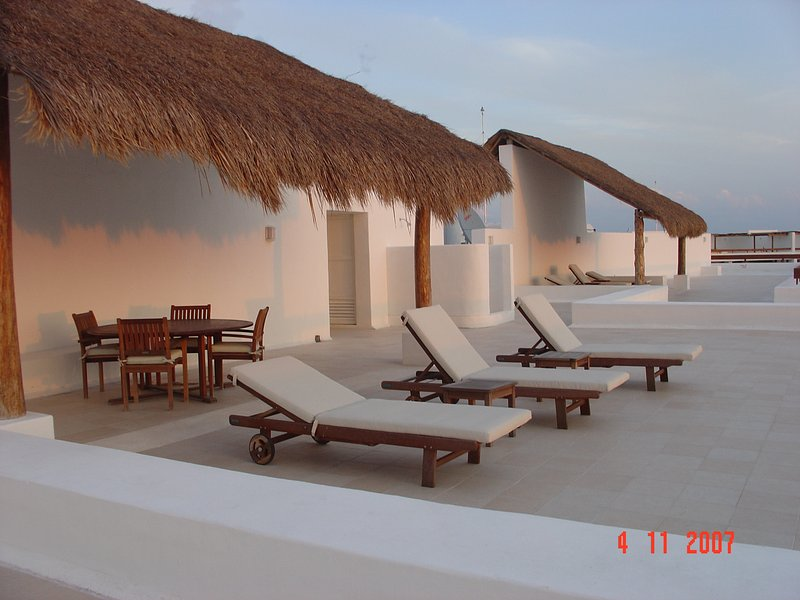 The rooftop is for the exclusive use of owners and guests in building 4. Enjoy the solitude!