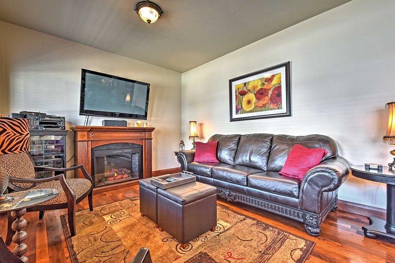 Sehen Sie sich einen Film auf dem 50-Zoll-Flachbild-Kabel-TV im Wohnzimmer an.