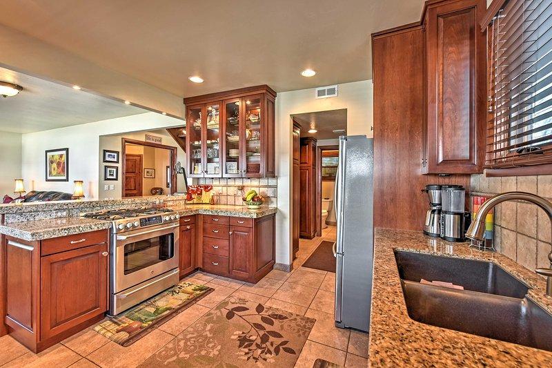 In der voll ausgestatteten Küche gibt es viel Platz für helfende Hände.