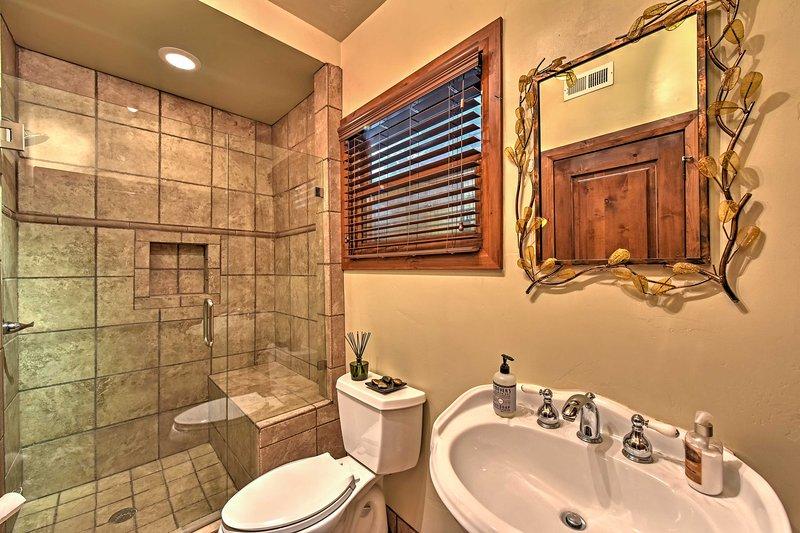 Erfrischen Sie sich nach einem Tag auf dem abgeschrägten Badezimmer.