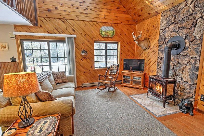 Cuddle perto da lareira para manter-se aquecido durante o inverno.