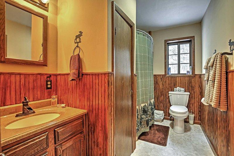Limpe a poeira da trilha no primeiro banheiro completo.