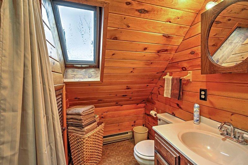 Uma segunda casa de banho completa proporciona privacidade adicional.