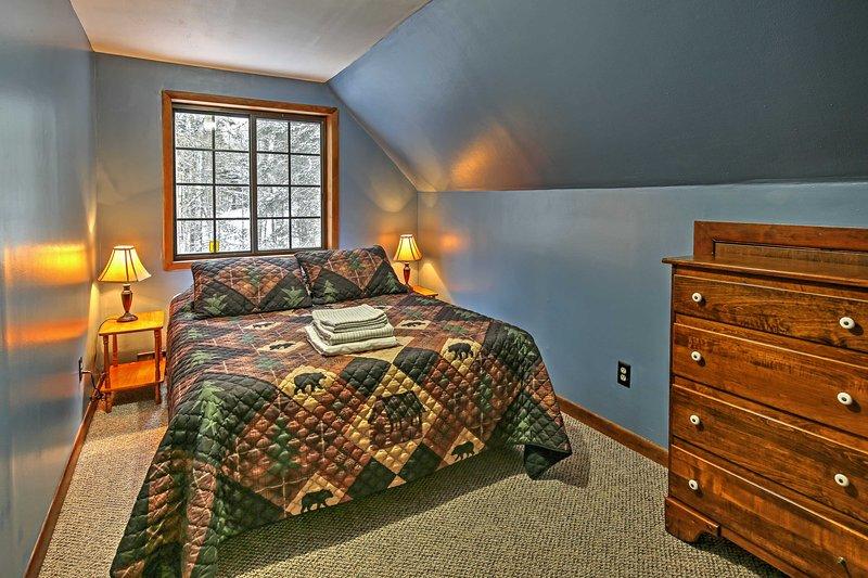 Hibernate para a noite nessa cama queen-size confortável.