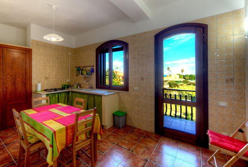 cocina para 4/6 personas con todas las comodidades y balcón